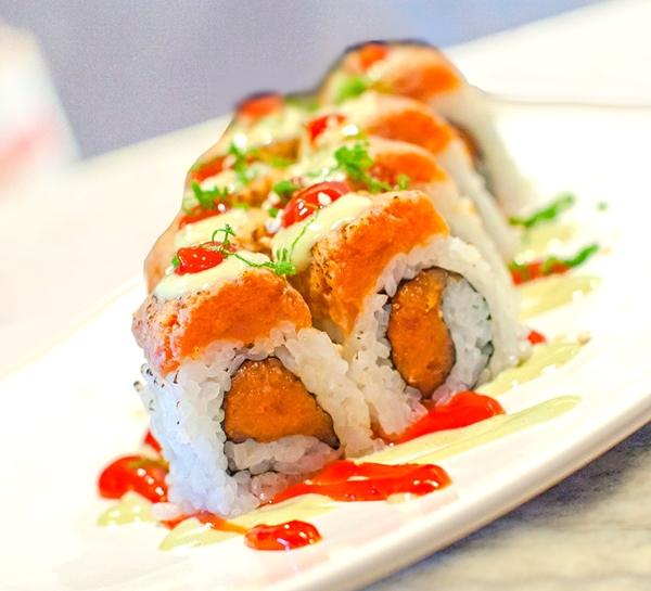 Uramaki con salsa Sriracha